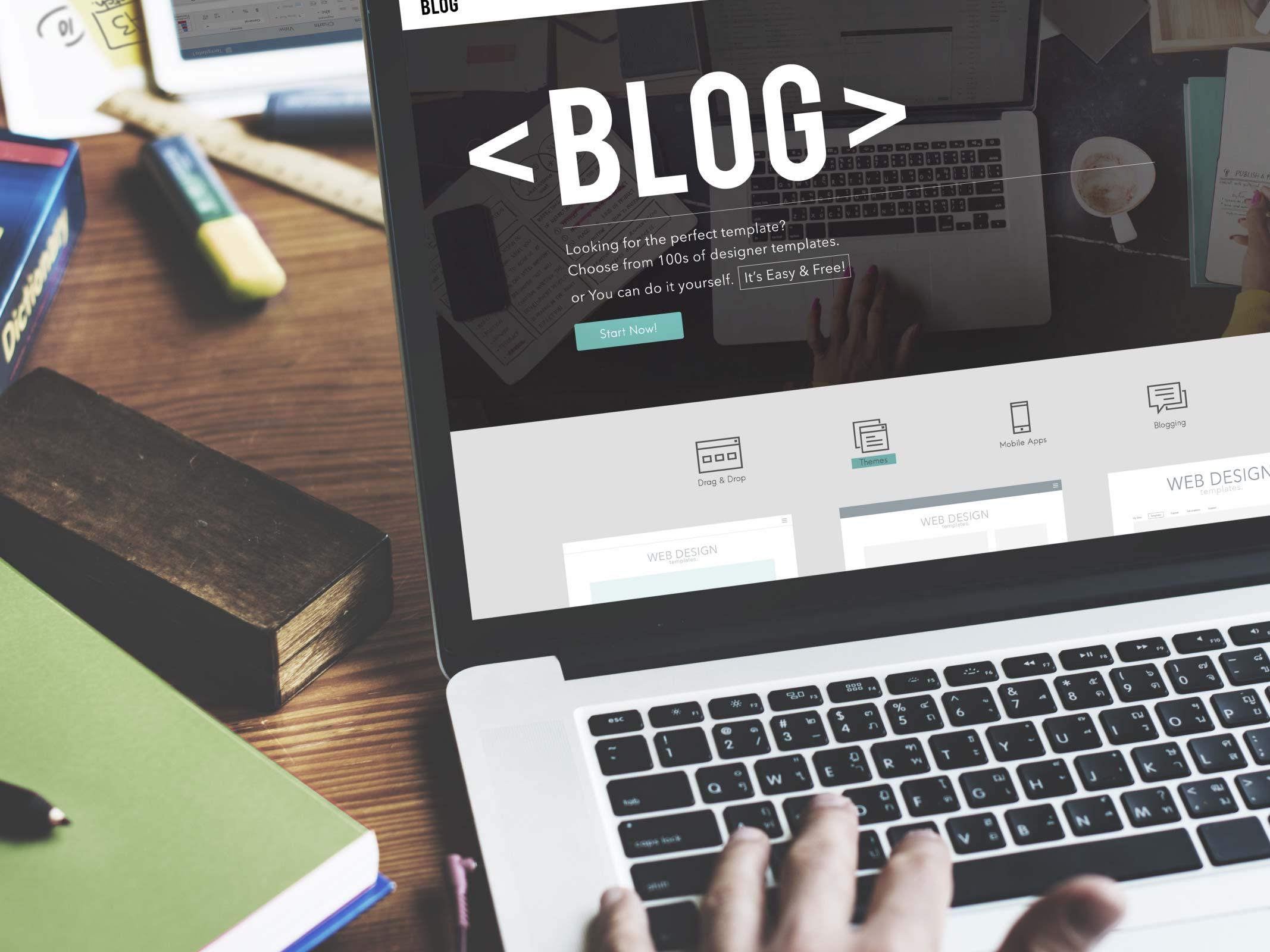 ordinateur portable ouvert avec page de blog affichée