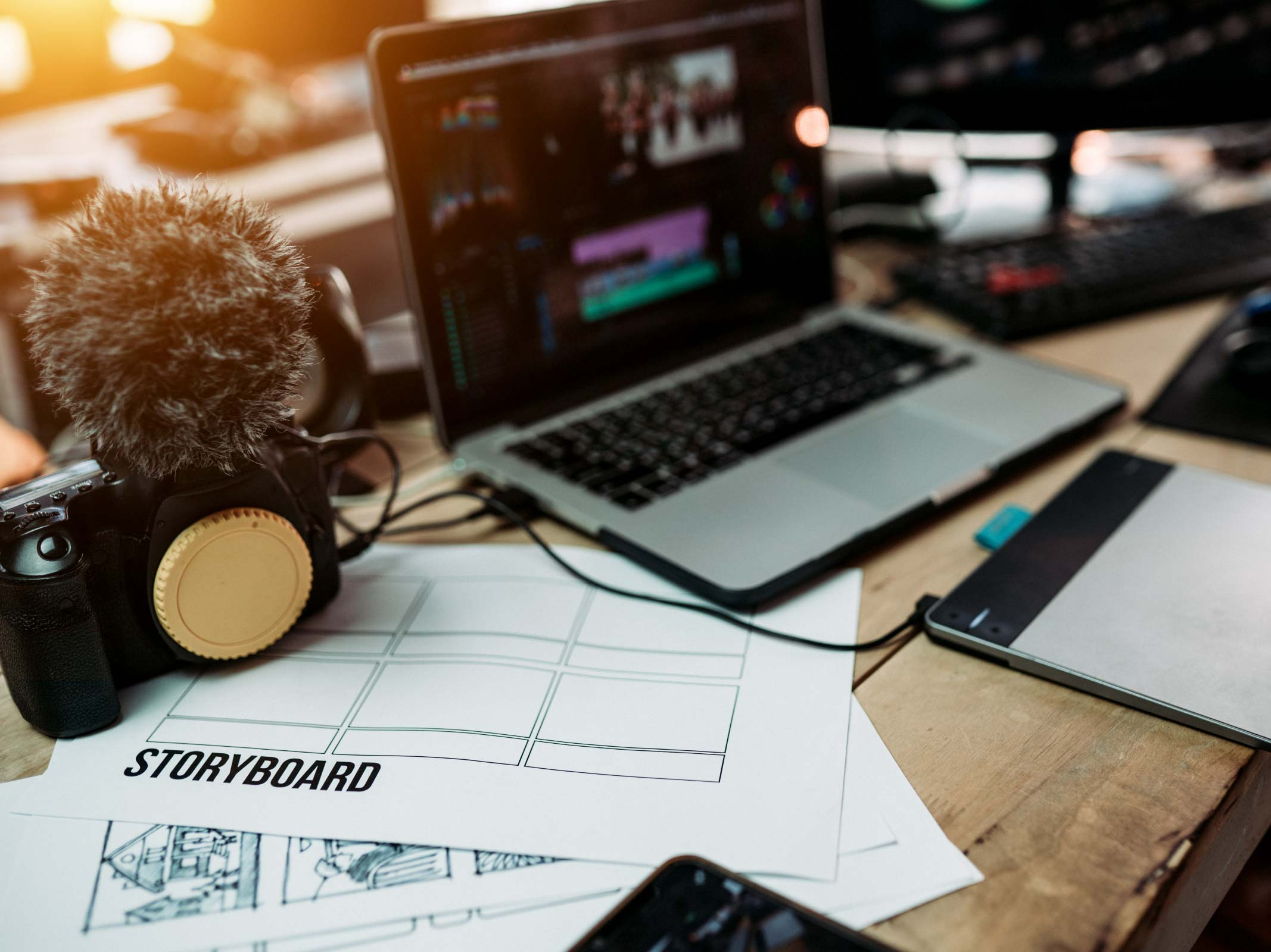 ordinateur portable et appareil photo sur bureau